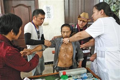 8月12日,永嘉山早村内的临时医疗救治点。