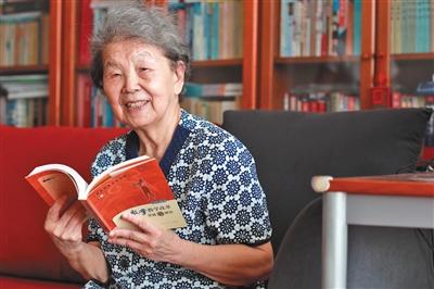 郑俊选 1934年生于上海,首批全国特级教师,曾任北京景山私塾先生。发外专著《开拓孩子的思维世界》、《幼学数学教学改革实践与钻研》,曾在《幼学数学哺育》杂志刊登论文20余篇。