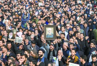 1月3日,伊朗德黑兰,激动的游行人群悼念遇袭身亡的伊斯兰革命卫队圣城旅指挥官卡西姆·苏莱曼尼。新华社发