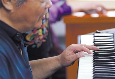 李任炜 67岁,在北京盲校创办了中国第一个钢琴调律班,后同时兼任北京说相符大学稀奇哺育学院钢琴调律表聘教师,现已退息。 新京报记者 陶冉 摄