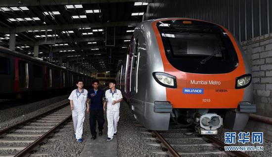 2018年6月27日,在印度孟买,中印双方工作人员在孟买地铁一号线车辆段工作。印度孟买地铁一号线于2014年6月8日正式运行,该地铁线路车辆由中车南京浦镇车辆有限公司制造。 新华社记者张迺杰摄