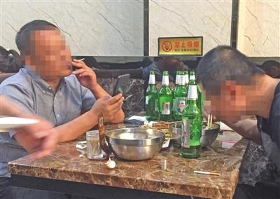 昨晚,朝阳区一餐厅,男子(左)在室内吸烟,现场无人劝阻。 新京报记者 吴宁 摄