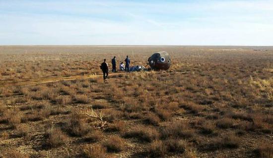 """11日,在俄罗斯""""联盟MS-10""""号飞船发射失败后,宇航员密封舱紧急降落在哈萨克斯坦拜科努尔东北约450公里处的草地上。(塔斯社)"""