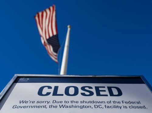 """原由美国国会未能就暂时拨款法案达成相反,片面联邦当局机构从美东部时间12月22日零时首""""停摆""""。图为22日在美国华盛顿一处当局大楼外拍摄的""""关门""""告示。(法新社)"""