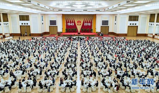 9月30日晚,国务院在北京人民大会堂举行国庆招待会,热烈庆祝中华人民共和国成立六十九周年。 新华社记者 刘彬 摄