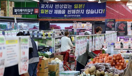 """7月8日,韩国首尔一家超市张贴""""不销售日本产品""""的标语。图片来源:纽西斯通讯社"""