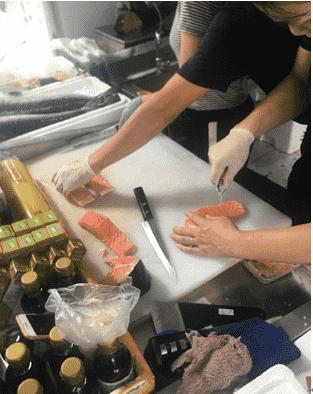 做事人员分割三文鱼 图源@清洁么食安
