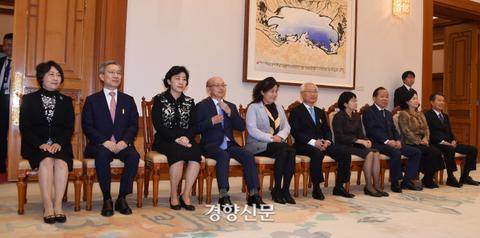5名法官与家人一起出席仪式。(《京乡新闻》)