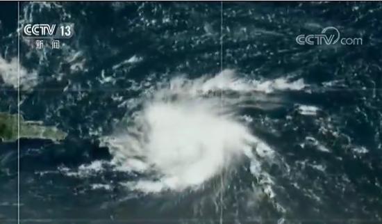 """28日,今年大西洋飓风季第四个被命名的热带风暴""""多里安""""升级为1级飓风,并抵达美属维尔京群岛,目前正在逼近美国海外属地波多黎各,气象部门预计这一危险的强风暴将于本周末登陆美国本土。 截屏图"""