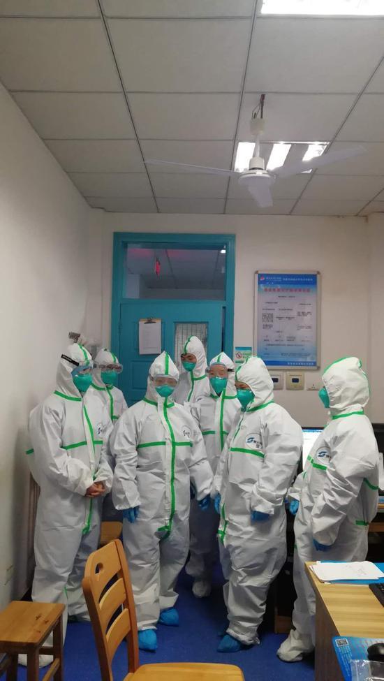 感染科二病区医护人员的年三十合照。