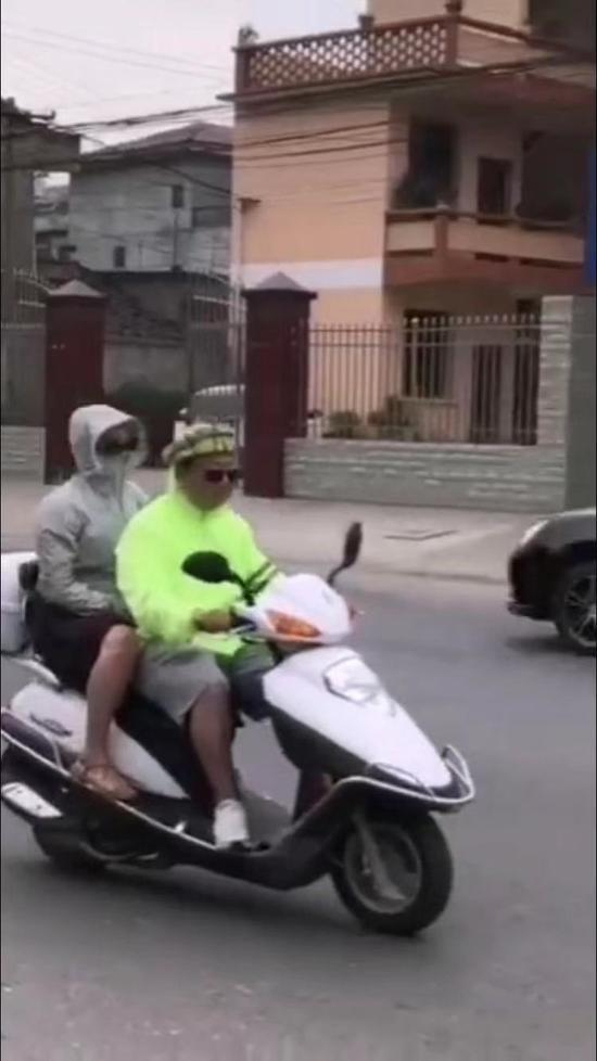 戴西瓜皮当头盔在网上疯传 被警方罚款200元记2分