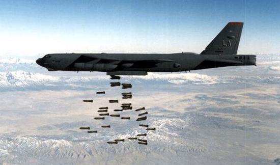图为美轰炸机对阿富汗武装分子实走空袭