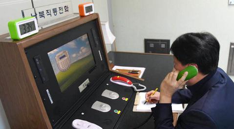 韩方人员在非军事区与朝方通话。(纽西斯通讯社)