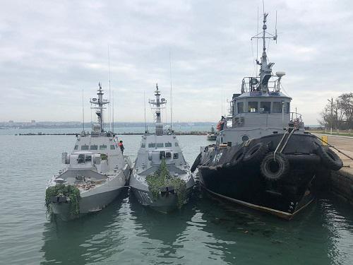这是11月26日拍摄的被俄方扣留的乌克兰海军3艘船只。 新华社发