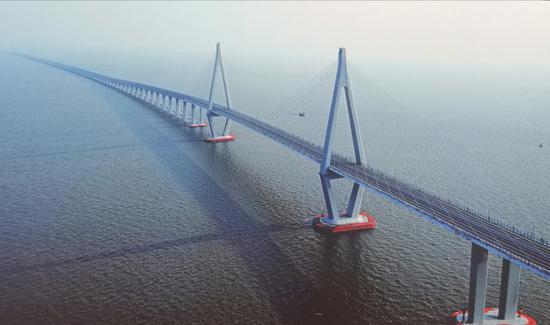 中国自走设计建造的特大跨海大桥——杭州湾跨海大桥。