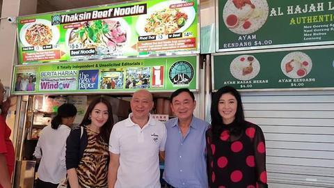 """英拉、他信现身新添坡,往了一家名为""""他信牛肉面""""的餐馆。(Channel NewsAsia)"""