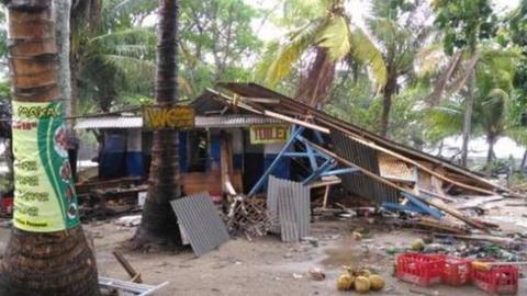 赫尔迪延萨被海啸损坏的店铺。(图源:BBC)