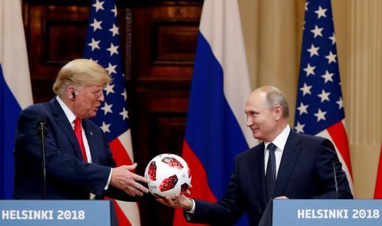 被问叙问题主动权在谁 普京用世界杯足球巧妙回答
