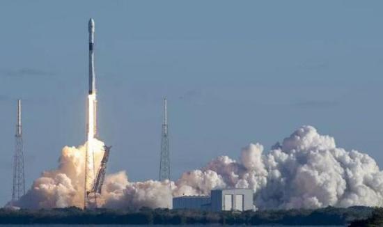 图为SpaceX公司发射载有军用卫星的火箭