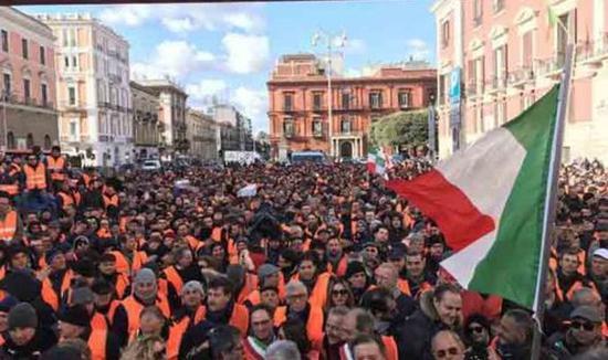 意大利农民走上街头抗议政府。(社交平台)