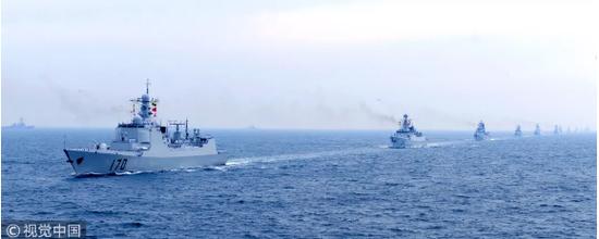 中国海军首艘055型大型驱逐舰下水仪式现场图。