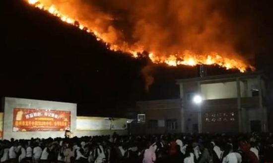 """网传""""学校山火旁淡定开会""""视频。 截屏图"""