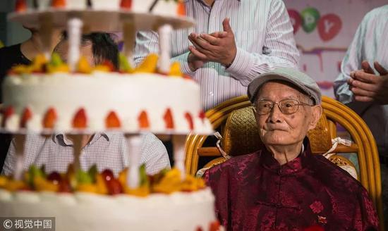 2018年11月15日,图为邓铁涛正在自己的104岁生日贺寿仪式上 。