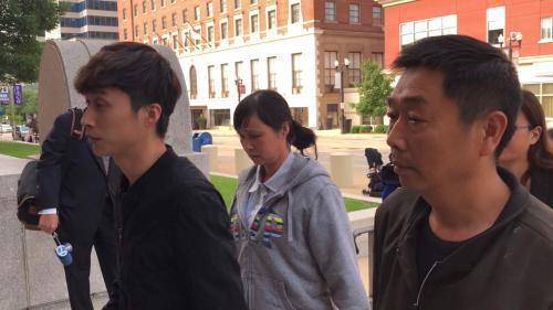 章父章荣高(右)、母叶丽凤(中)、弟弟章新阳(左)。(图片来源:美国《世界日报。》特派员黄惠玲╱摄影)