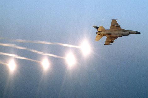 资料图片:美军F-16战机连续释放干扰弹。(图片来源于网络)