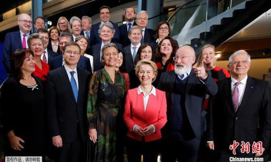新一届欧委会委员合影