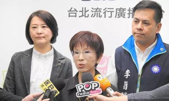 洪秀柱接受媒体采访。