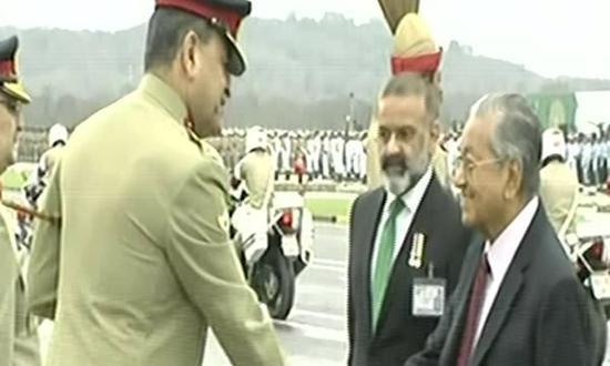 巴基斯坦总理伊姆兰·汗(上图)、马来西亚总理马哈蒂尔出席阅兵式 图自巴基斯坦《黎明报》