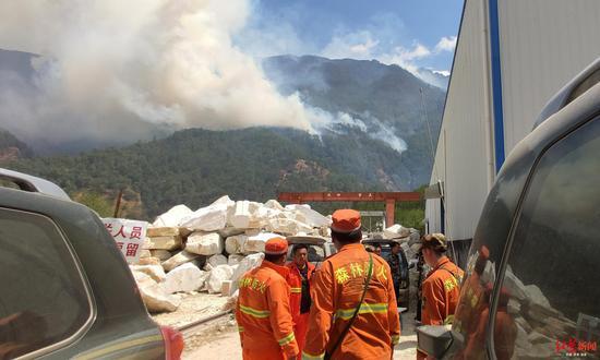 冕宁县森林大火扑火现场,消防队员在火场指挥部