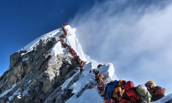 (22日珠峰登顶的场景。图源:登山者Nirmal Purja)