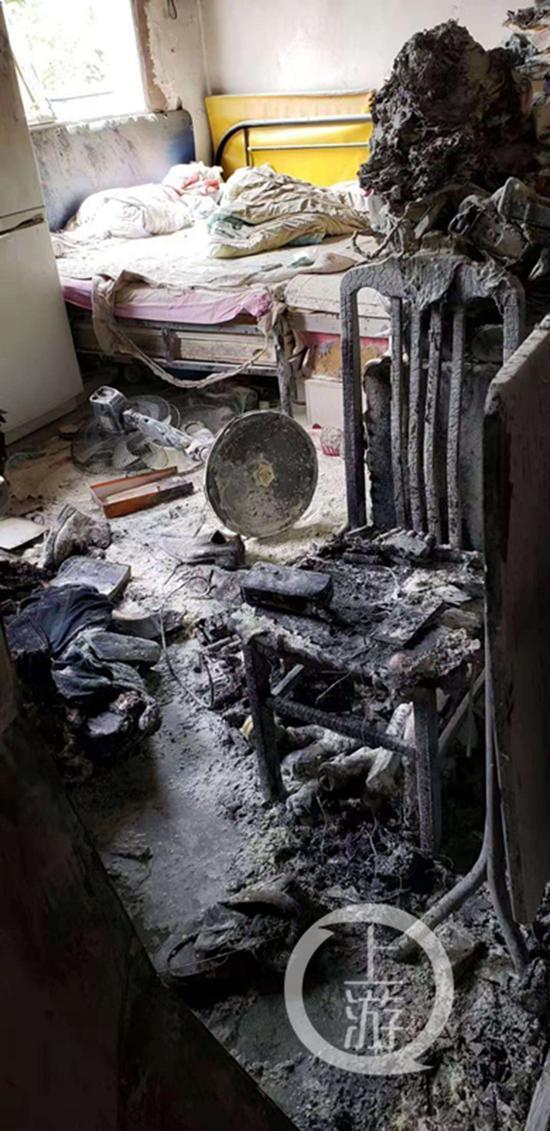 电瓶车锂电池爆燃事后的房间。