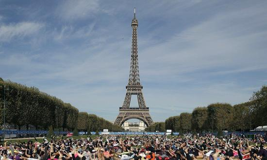法部署近9万警力对待周末抗议 埃菲尔铁塔等关闭