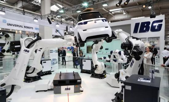 ▲4月1日,在德国汉诺威工业博览会上,工业机器人抬起一辆汽车。