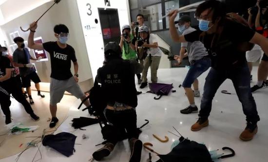 """香港""""反水客""""激進示威者暴力襲警 港府強烈譴責"""