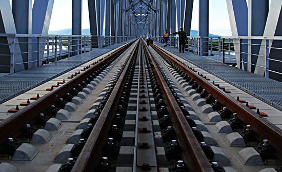 ▲中铁大桥局中俄同江铁路大桥项目的建设者正在抓紧作业。(6月4日摄)本报记者谢锐佳摄