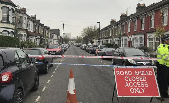 当地时间4月2日,英国伦敦发生持刀伤人事件,警方封锁道路。图/视觉中国