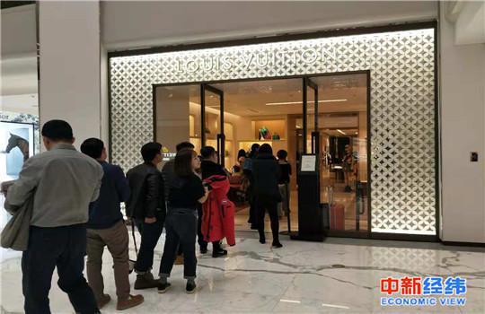 同一时间内,商场内的其他朴素品品牌店门口顾客排起了队。中新经纬 赵佳然 摄