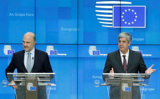 原料图片:12月4日,在比利时布鲁塞尔,欧盟经济和金融事务委员皮埃尔·莫斯科维奇(左)和欧元集团主席森特诺出席音信发布会。(新华社/路透社)