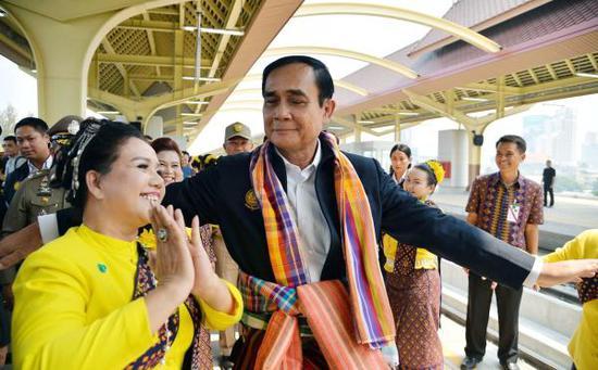 当地时间2019年3月13日,泰国坤敬府,泰国总理巴育当天赴坤敬府视察交通运输项目,搭乘试运行旅客列车并与民众零距离交流。 东方IC 图