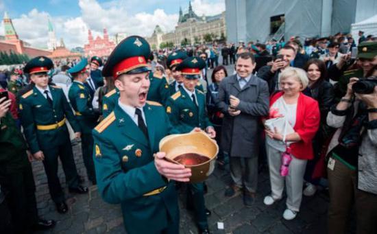 战斗民族范儿 俄军校毕业生捧着钢盔痛饮