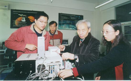 刘暾(右二)为学生指导。