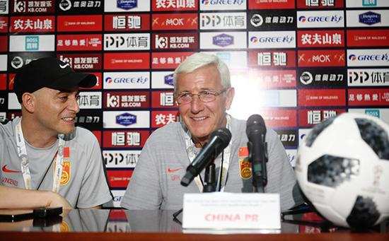 中国队主教练里皮(右)在新闻发布会上回答记者提问。