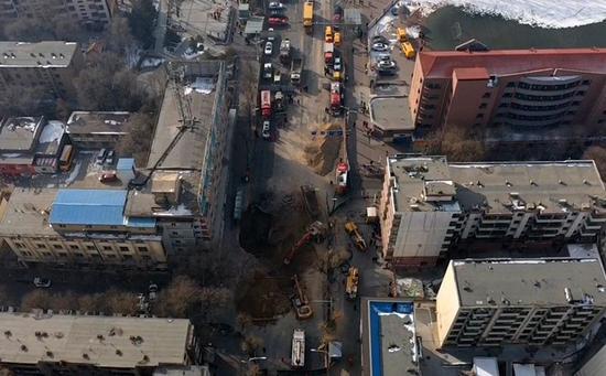 12时20分,挖掘机和渣土车扩大坑洞,搜救失踪人员,目前坑洞的直径已达十几米。