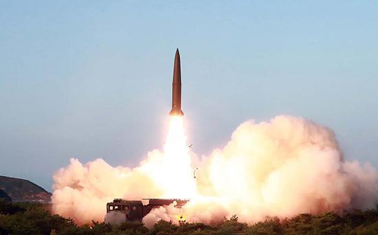 """当地时间7月25日,朝鲜领导人金正恩组织和指导了""""新型战术制导武器""""的发射。视觉中国 图"""