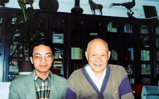 1997年项南在家中会见本文作者、福建青年作家钟兆云。
