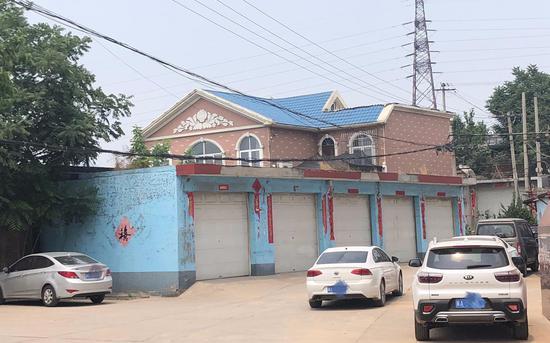 微水村村支書劉吉平的一處別墅,有5個車庫。[新口子] 新京報記者 向凱 攝